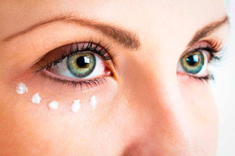 como usar contorno de ojos